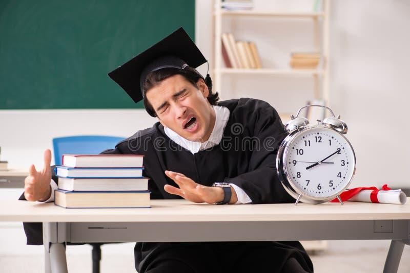 Der Student im Aufbaustudium vor gr?nem Brett lizenzfreie stockfotografie