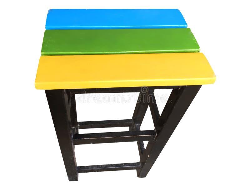 Der Stuhl, der von Painted klaren farbigen hölzernen Planken gemacht wurden und das Schwarze schweißten Profil-Stahl lizenzfreie stockbilder