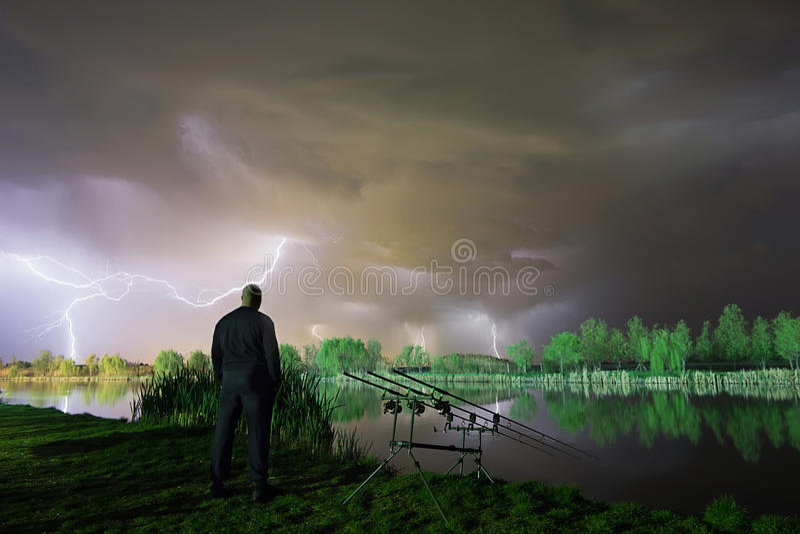 Der Sturm kommt Mann, der in einem Sturm steht Mann mit Wolke über seinem Kopf lizenzfreies stockbild