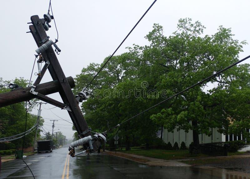 Der Sturm verursachte schweren Schaden der fallenden Neigung der elektrischen Pfosten stockfotos