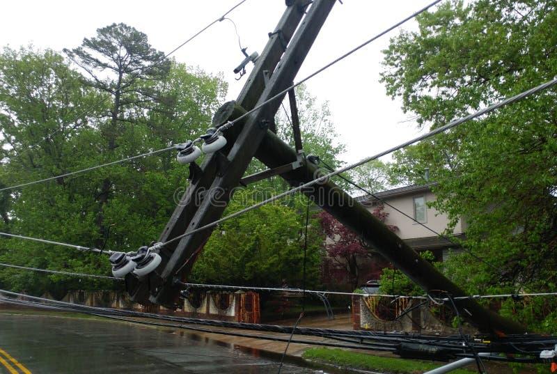 Der Sturm verursachte schweren Schaden der fallenden Neigung der elektrischen Pfosten stockfotografie
