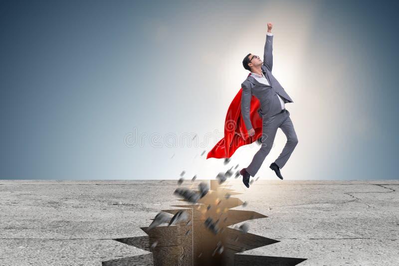 Der Superheldgeschäftsmann, der von der schwierigen Situation entgeht lizenzfreie stockfotos