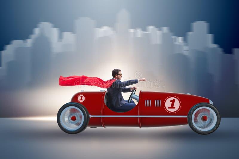 Der Superheldgeschäftsmann, der Weinleseoffenen tourenwagen fährt lizenzfreies stockbild