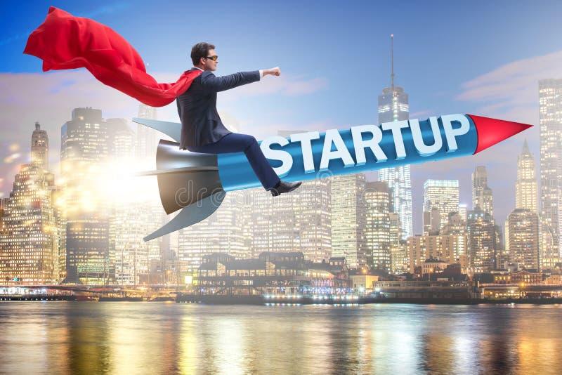 Der Superheldgeschäftsmann in der Startkonzeptfliegenrakete lizenzfreies stockbild