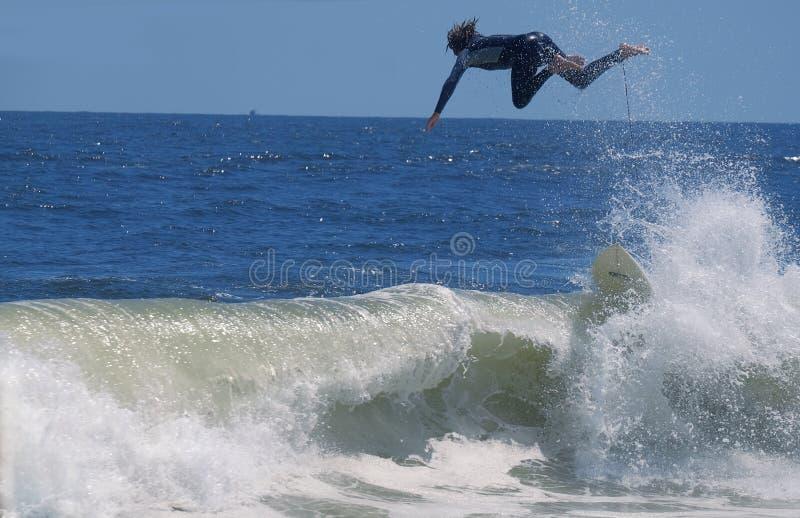 Der Surfer, der einen Fehler und eine Welle gemacht wurde, warf Surfer stockfotos