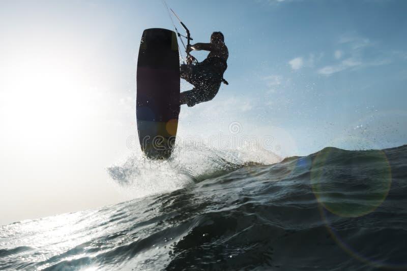 Der Surfer eine Welle vor der Kamera springend stockfotos