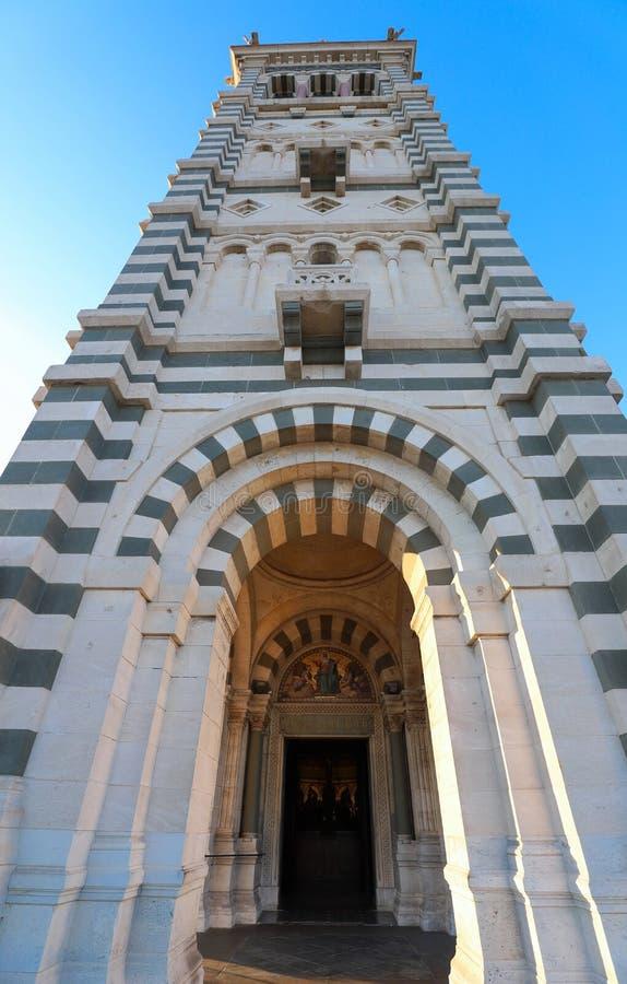 Der szenische Steinglockenturm von Notre Dame de la Garde Basilica, Marseille, Frankreich stockbild