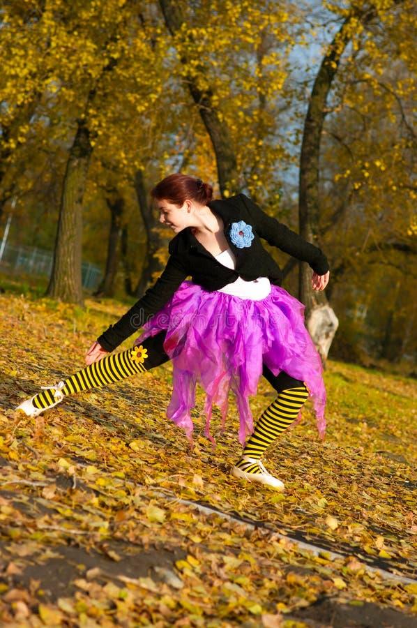 Der Tänzer tanzt in den Herbst stockfotos