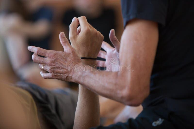Der Tänzer, welche mit Händen in Verbindung tritt, führen Karosserie durch stockfoto