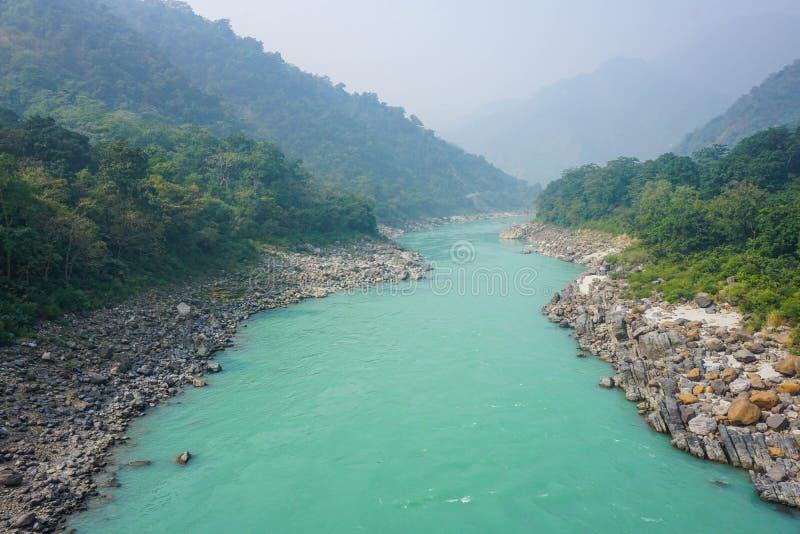 Der Türkis-Fluss der Ganges in Rishikesh, Indien stockbild