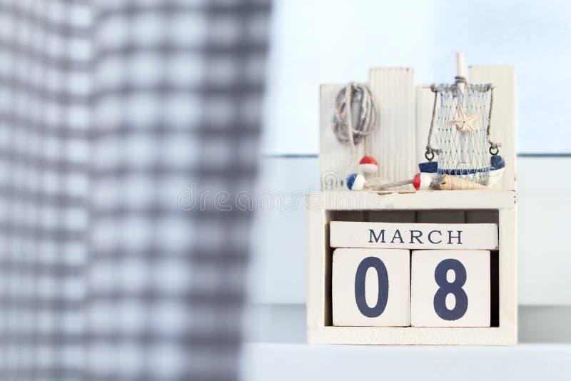 Der Tag acht der internationalen Frau des hölzernen Würfelkalenders Märzes mit Küstendekorationen stockfoto