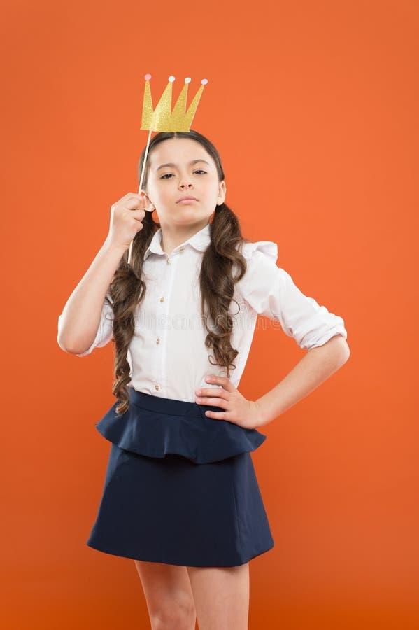 Der Tag der internationale Kinder ?berlegene Prinzessin Passfotoautomat-St?tzen Spielerische Prinzessin Goldene Krone Schulmädche stockfoto
