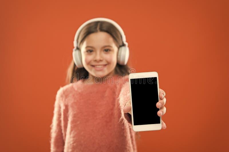 Der Tag der Kinder Audiotechnologie kleines Kind h?ren ebook, Ausbildung Kindheitsgl?ck MP3-Player [1] Kleines M?dchenkind herein stockbilder