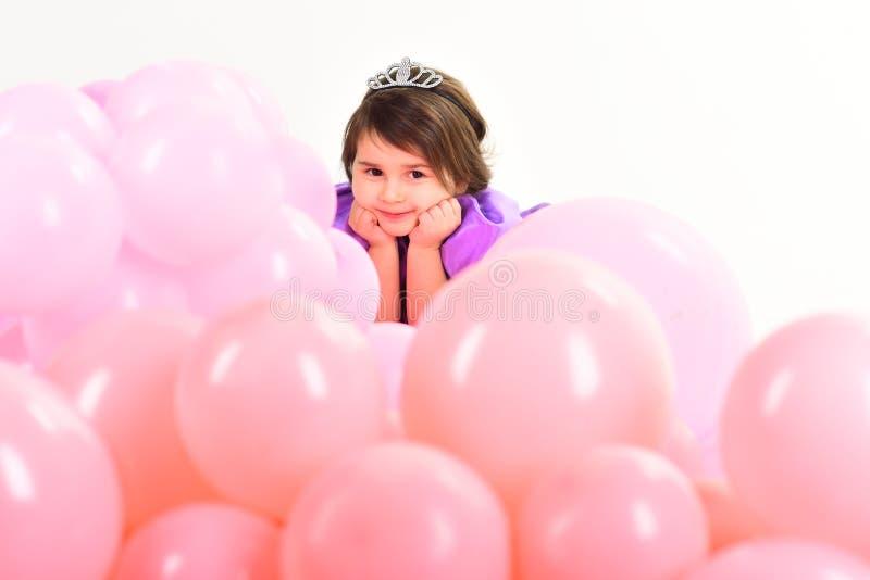 Der Tag der Kinder Kleines hübsches Kind Kindermode Wenig Verlust im schönen Kleid Kindheit und Glück Kleines Mädchen herein stockfotos