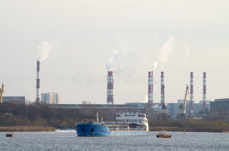 Der Tanker kam im Hafen an stockbild