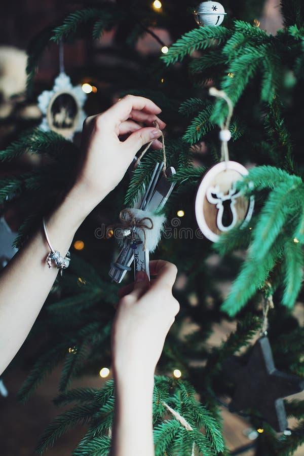 Der Tannenbaum, der mit neues Jahr ` s verziert wird, spielt lizenzfreies stockfoto