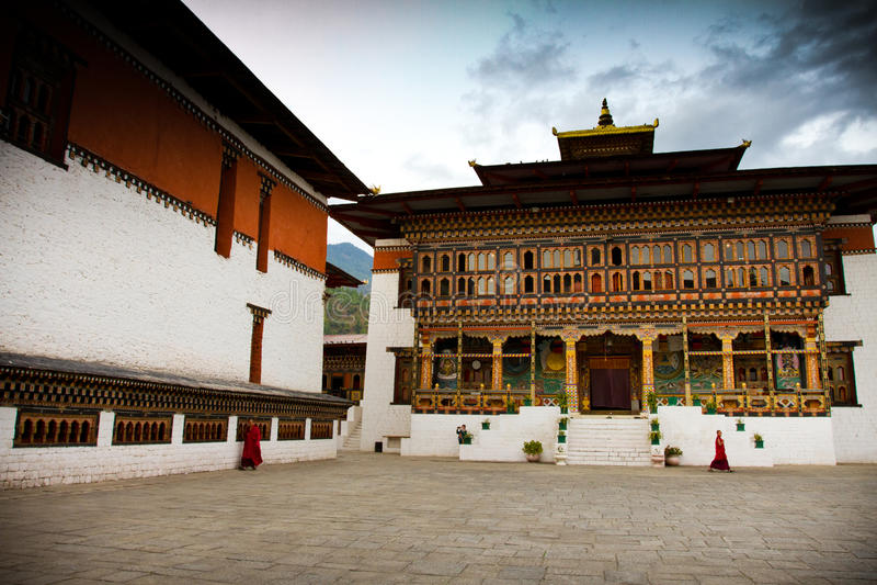 Der Tashi Chho Dzong Fortress-Hof mit Mönchen, Thimpu, Bhutan lizenzfreies stockbild