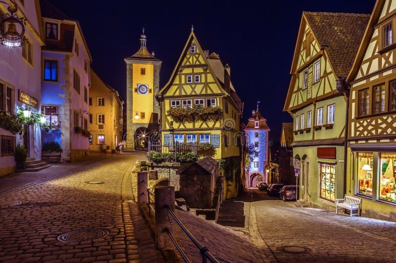 Der Tauber en la noche - Alemania del ob de Rothenburg imágenes de archivo libres de regalías