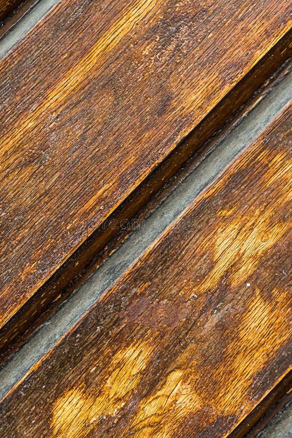 Der Teil einer Holzverkleidung versah rustikale windblown Nahaufnahmebeschaffenheit des braunen diagonalen Hintergrundes lackiert stockfotografie