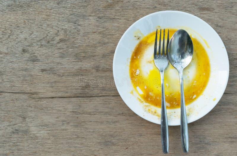 Der Teller ist durch kochende Eier auf dem Tisch schmutzig stockbild