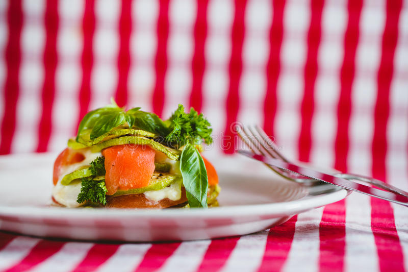 Der Teller mit Auberginen- und Lachsstapel stockbild