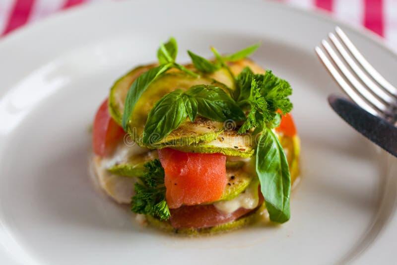 Der Teller mit Auberginen- und Lachsstapel lizenzfreies stockbild