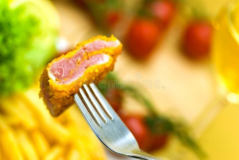 Der Teller voll des Fleisches - Stückchen des Kalbfleisches crunchy stockfotos