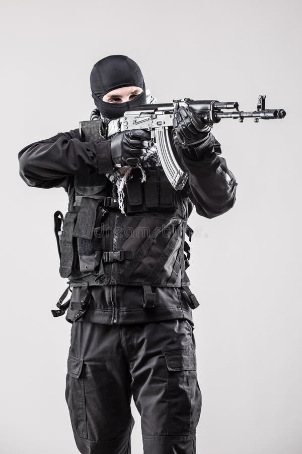 Der Terrorist, der ein Maschinengewehr in seinen Händen hält, zielen lokalisiert über Weiß lizenzfreies stockbild