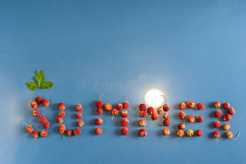 Der Textsommer gezeichnet mit Erdbeeren auf einem Keramikziegel Licht als die Sonne Ein Blatt über dem Buchstaben S lizenzfreies stockbild