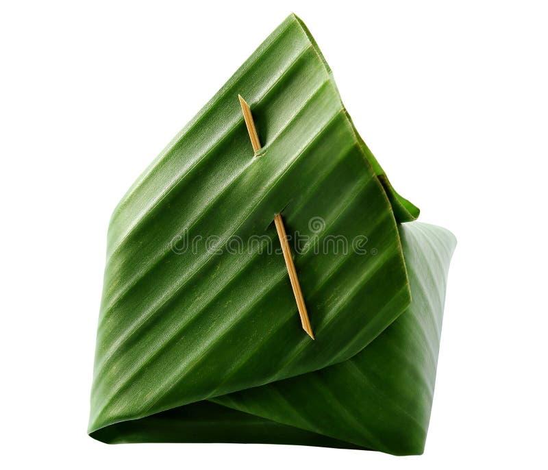 Der thailändische Nachtisch, der klebrige Reis und der Eivanillepudding, die mit Banane eingewickelt wird, treiben Blätter lizenzfreie stockbilder