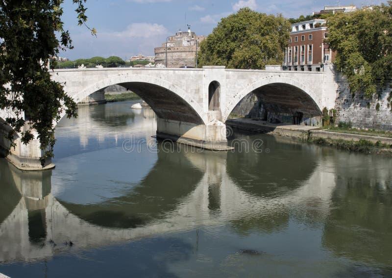 Der Tiber-Fluss, der Rom auf seiner Weise zum tyrrhenischen Meer durchfließt lizenzfreie stockfotografie