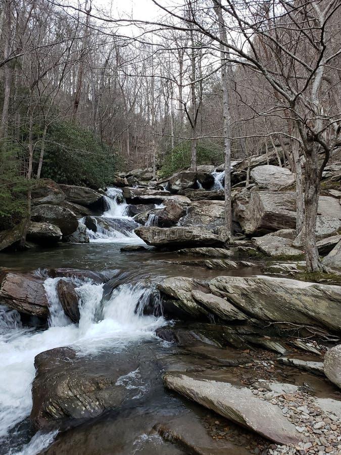 Der Ton eines Wasserfalls kann die Seele beruhigen lizenzfreie stockfotos
