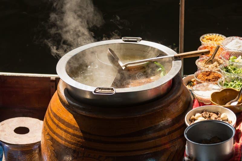 Der Topf wird für das Kochen vorbereitet Die Nudeln sind im Restlicht, in kochendem Wasser mit weißem Rauche und im Dampf auf sch lizenzfreie stockfotografie