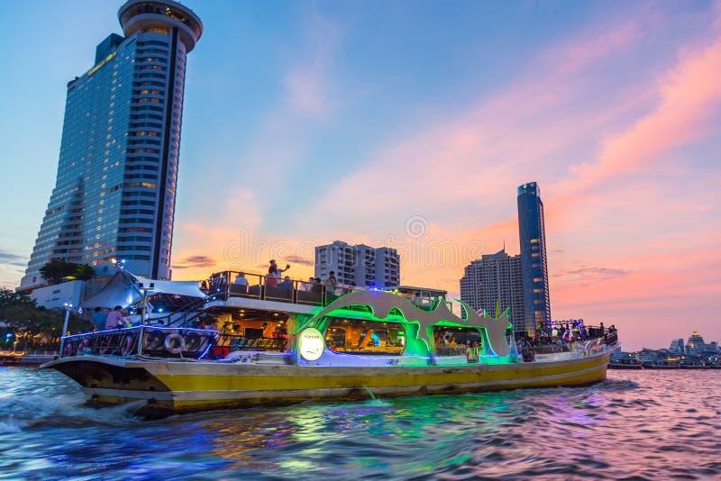 Der Tourist auf Chao Praya River Abendessenkreuzfahrt mit schönem Sonnenunterganghimmel lizenzfreie stockfotos