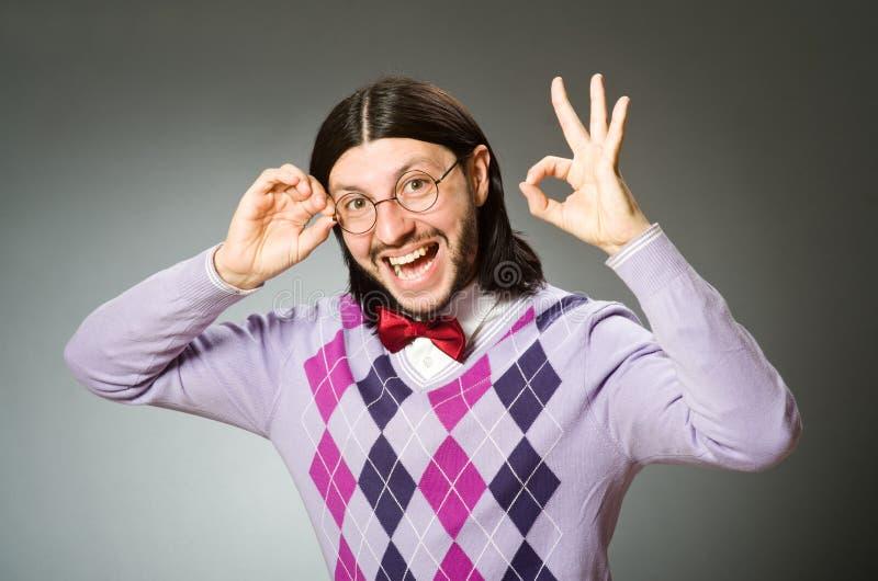 Der tragende Pullover des jungen Mannes auf grauem Hintergrund lizenzfreie stockfotos