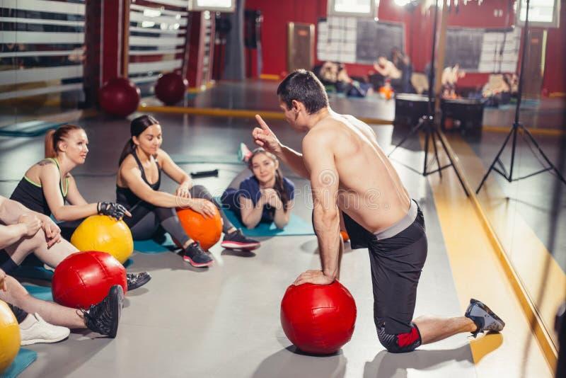 Der Trainer motiviert die Gruppe von Athleten stockfoto