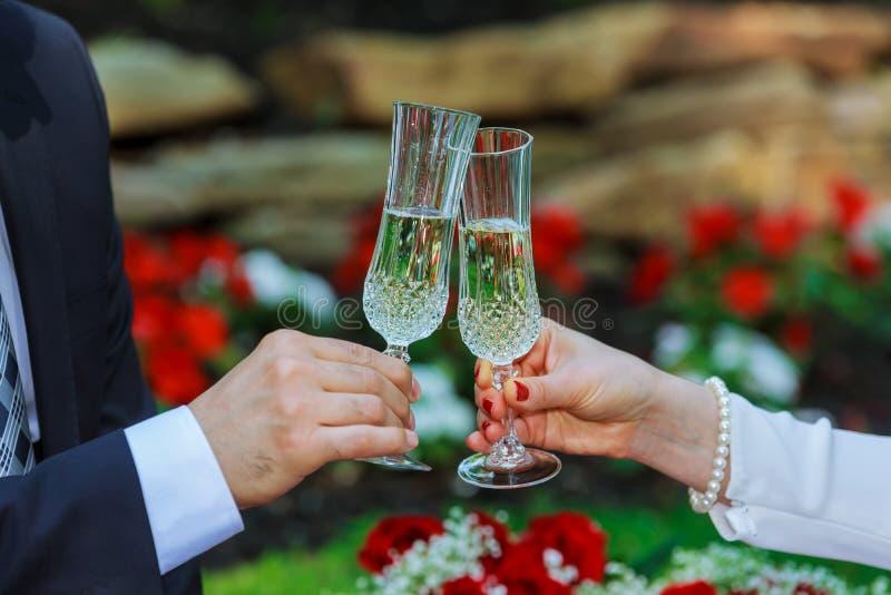 der trinkende Champagner der Paare im Park stockfoto