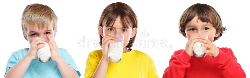 Der Trinkmilch-gesunden Ernährung des Kinderkindermädchenjungen buntes lokalisiert auf Weiß lizenzfreies stockfoto