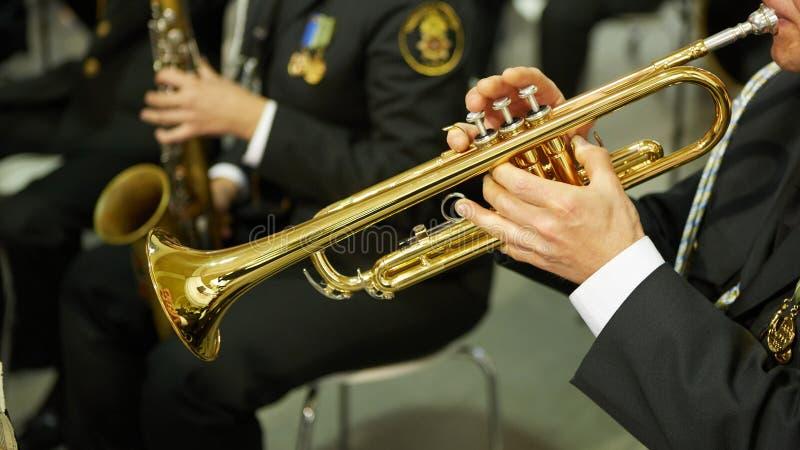 Der Trompeter spielt auf einer silbernen Trompete Trompeter lizenzfreie stockfotos