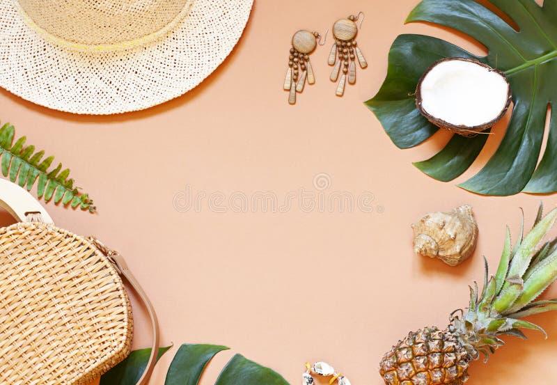 Der tropische Sommer des Modeferien-Konzeptes flach legen Beschneidungspfad eingeschlossen lizenzfreie stockfotografie