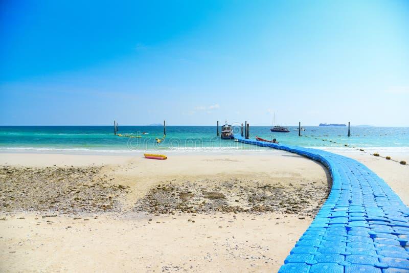 Der tropischen blaues Wasser Sommerinsel des Strandsandes mit hellem Himmelhintergrund und Plastikpontonseefloßbrücke stockbild