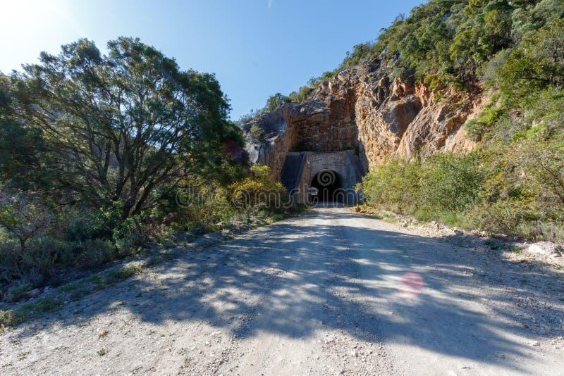 Der Tunnel durch die Berge stockbilder