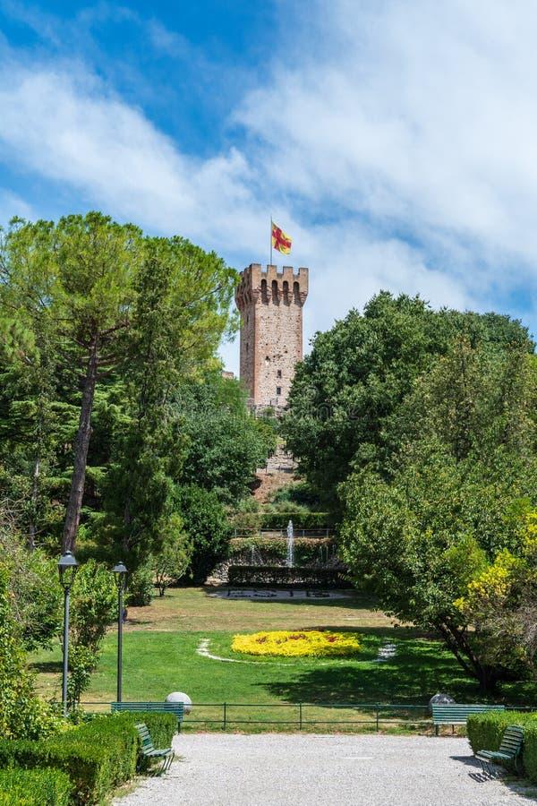 Der Turm von Este-Schloss mit Flagge und ein Brunnen im Park herein stockbild