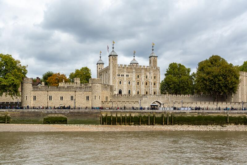 Der Turm von London an bewölktem Tag von der Themse aus gesehen stockfoto