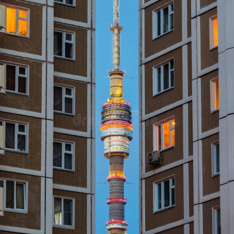 Der Turm von Ostankino im Abstand zwischen Hochhäusern lizenzfreie stockfotos