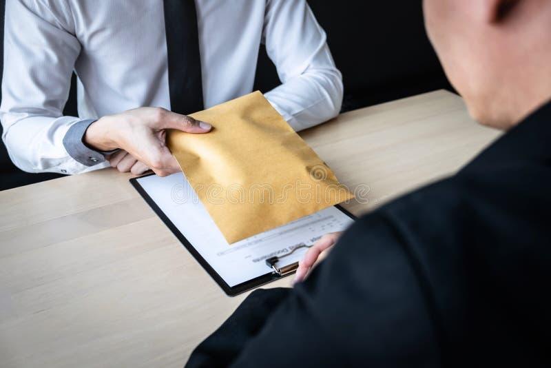 Der unehrliche Betrug im illegalen Geld des Gesch?fts, Gesch?ftsmann empfangen Bestechungsgeld im Umschlag zu den Gesch?ftsleuten lizenzfreie stockbilder