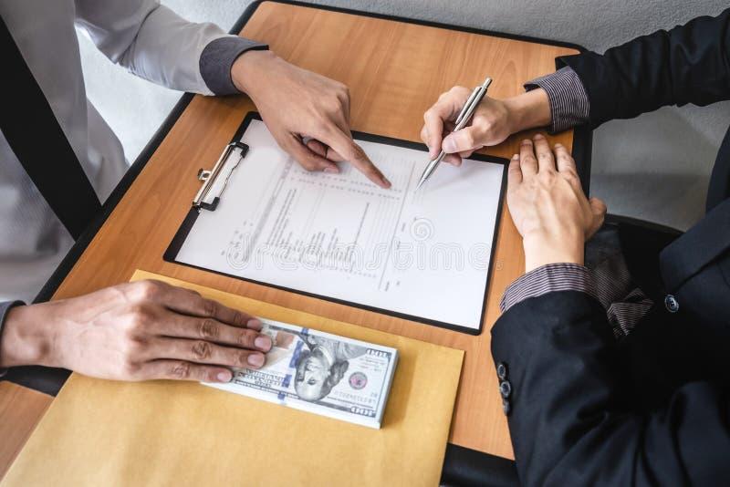 Der unehrliche Betrug im illegalen Geld des Gesch?fts, Gesch?ftsmann empfangen Bestechungsgeld im Umschlag zu den Gesch?ftsleuten stockbild
