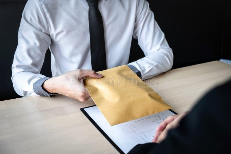 Der unehrliche Betrug im illegalen Geld des Gesch?fts, Gesch?ftsmann empfangen Bestechungsgeld im Umschlag zu den Gesch?ftsleuten stockfotos