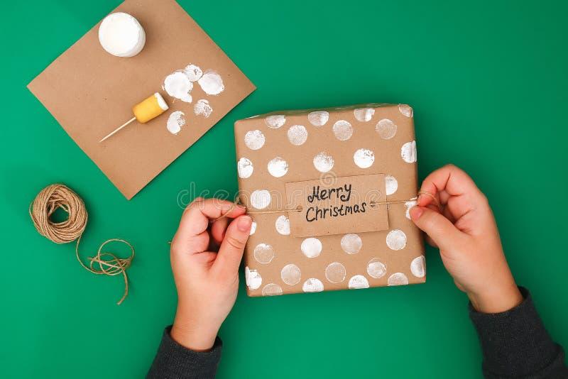 Der ursprüngliche Entwurf eines Weihnachtsgeschenks des Kraftpapiers, weiße Farbe, ein Stempel von Kartoffeln Schritt für Schritt stockbilder