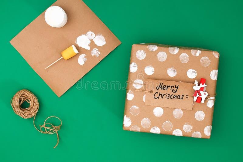 Der ursprüngliche Entwurf eines Weihnachtsgeschenks des Kraftpapiers, weiße Farbe, ein Stempel von Kartoffeln Schritt für Schritt stockfotos
